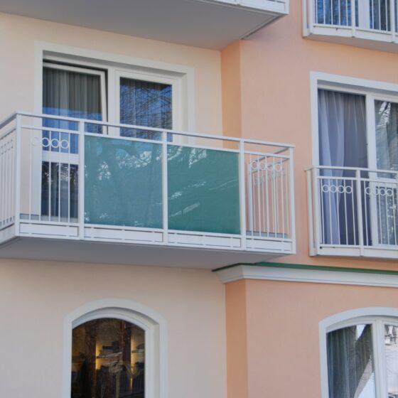 balkon-metall-naehr-schlosserei-oesterreich (16) Balkon aus Glas in weiß
